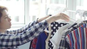 选择衣裳和礼服的妇女 股票视频