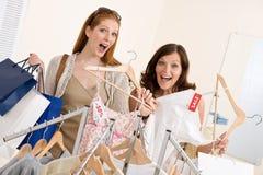 选择衣裳方式愉快的购物二妇女 库存图片