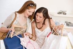 选择衣裳方式愉快的购物二妇女 免版税库存照片