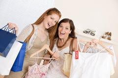 选择衣裳方式愉快的购物二妇女 库存照片