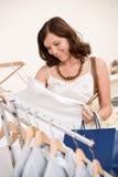 选择衣裳方式愉快的购物妇女 库存图片