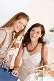 选择衣裳方式销售额购物的二妇女 免版税库存图片