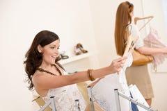 选择衣裳方式销售额购物的二妇女 免版税库存照片