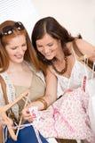 选择衣裳方式销售额购物的二妇女 库存照片