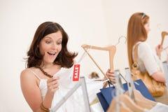 选择衣裳方式销售额购物的二妇女 免版税图库摄影