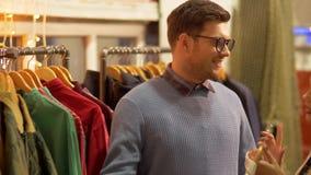 选择衣裳的夫妇在葡萄酒服装店 股票视频