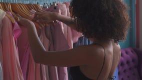 选择衣裳的妇女在商店 股票视频