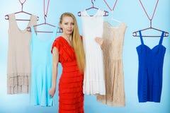 选择衣裳的妇女在商店 免版税库存图片