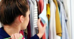选择衣裳的妇女从衣橱 股票视频