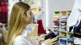 选择袜子的妇女特写镜头在商店 股票视频