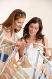 选择购物衣裳的方式二个妇女年轻人 库存照片