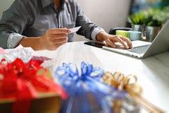 选择赠礼创造性的有礼物的手和手 礼物熟食店 免版税库存图片