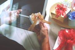 选择赠礼创造性的有礼物的手和手 礼物熟食店 免版税图库摄影