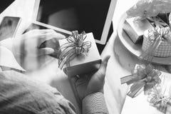 选择赠礼创造性的有礼物的手和手 礼物熟食店 免版税库存照片