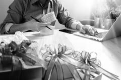 选择赠礼创造性的有礼物的手和手 礼物熟食店 图库摄影
