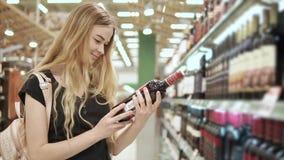 选择酒的愉快的妇女 股票视频