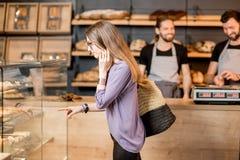 选择酥皮点心的妇女在商店 免版税图库摄影