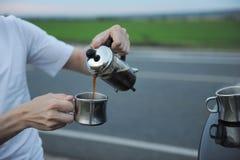 选择酿造咖啡在一辆汽车的敞篷的法国新闻中在路一边的在旅途上 库存照片