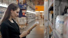 选择面团的妇女在杂货店 深色的购物在食物超级市场 库存照片