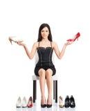 选择鞋子的年轻和可爱的妇女 免版税库存图片