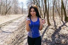 选择音乐在她聪明的电话befo的年轻人适合的妇女戏剧名单 库存图片