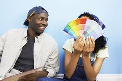 选择颜色样品的愉快的夫妇 免版税库存照片