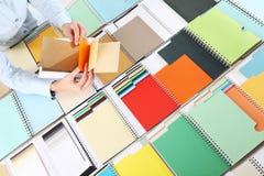 选择颜色的手从取样器 免版税库存图片