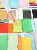 选择颜色的手从取样器 免版税库存照片