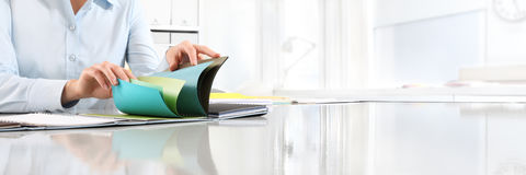 选择颜色的手从在书桌上的取样器 免版税库存图片