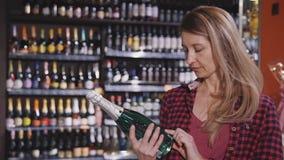 选择饮料的妇女在城市超级市场在房子附近 股票视频