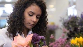 选择鲜花的年轻卖花人画象 股票视频