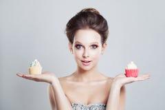 选择 不健康的食物 拿着甜点的妇女 库存图片
