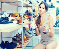 选择从两双鞋子的顾客 免版税图库摄影