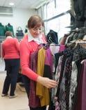 选择购买的妇女在商店 库存图片