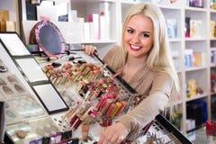 选择嘴唇的微笑的白肤金发的妇女更加肥满 免版税库存图片