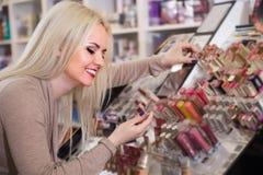 选择嘴唇的美丽的白肤金发的妇女肥满在显示 库存照片
