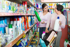选择洗涤的洗涤剂的女孩和成熟妇女 免版税库存图片
