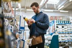选择他的购买的杂物工在商店 库存照片