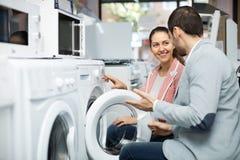 选择洗衣机的配偶 免版税库存图片