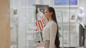 选择jewelery的少妇在超级市场购物中心的商店在销售 股票视频