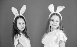 选矿是生活方式 复活节样式的时兴的小女孩 佩带兔宝宝样式头饰带为的逗人喜爱的孩子 免版税库存照片