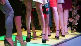 选美紧挨着站立在高跟鞋的妇女模型 股票视频