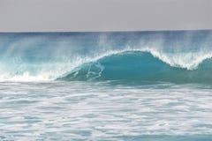 透亮波浪卷曲在Boca海滩上 库存照片