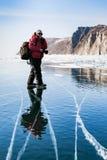 透明冰和明白蓝天在贝加尔湖 摄影师 库存图片