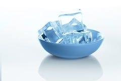透明冰块在与水下落的白色背景滚保龄球 免版税库存图片