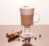 透明咖啡和肉桂条 库存照片