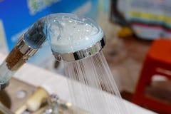 透明塑料淋浴喷头浪花水 免版税库存照片