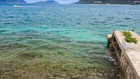 透明天蓝色的海看法由码头的反对遥远的小山 影视素材