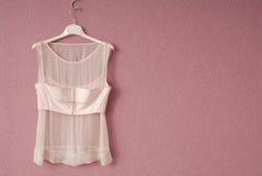透明女衬衫在挂衣架。 免版税库存图片