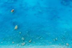 透明干净的海水鸟瞰图与岩石的 库存照片